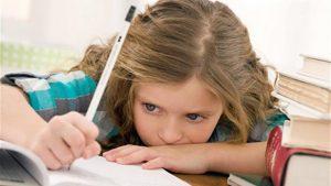 bambina che fa compiti per le vacanze