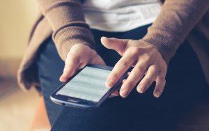 navigazione di un sito web che rispetta le norme di usabilità su telefono