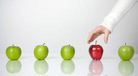 differenza rappresentata da una mela rosa tra altre verdi